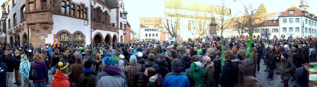 ACTA-Demo auf dem Rathausplatz Freiburg. Panorama.